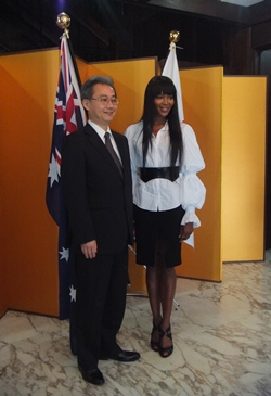 Naomi Campbell with Acting Consul-General Toshiaki Kobayashi